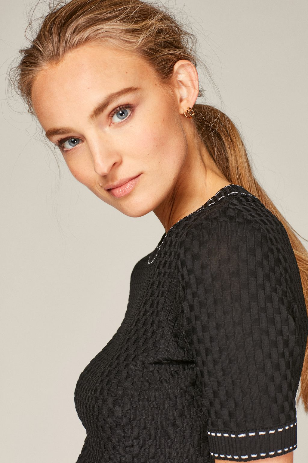 Stretch-knit top with contrasting stitching